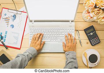 handlowy, również, kalkulator, wykresy, osoba, wykresy, tło., biurko, prospekt, biuro, górny, pióro, notatnik, stacjonarny, kwiat, laptop, kawa, czarnoskóry, dyskutując