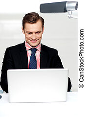 handlowy, samiec, oglądając, magnetowidy, na, laptop