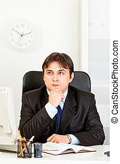 handlowy, timetable, planowanie, młody, posiedzenie, człowiek, biurko, zadumany, pamiętnik