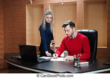 handlowy towarzysz, posiedzenie na stole, przed, niejaki, compute.
