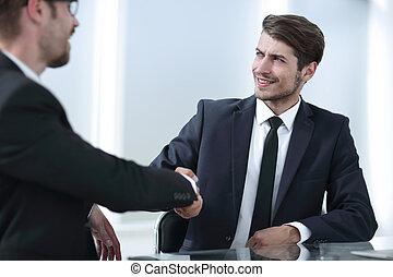 handlowy wręcza, potrząsające ręki, posiedzenie, na, przedimek określony przed rzeczownikami, biurko