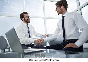 handlowy wzmacniacz, potrząsanie, nawzajem, posiedzenie, w, biuro