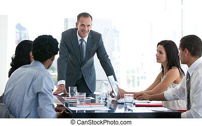 handlowy zaludniają, badając, plan, nowy, spotkanie
