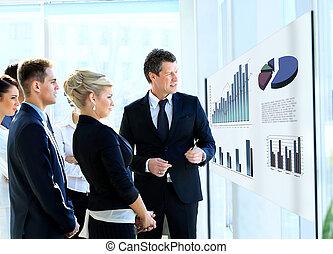 handlowy zaludniają, biuro., glassboard., przedstawiając, biznesmen, prezentacja, posiadanie