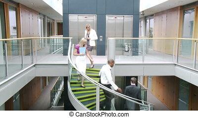 handlowy zaludniają, chodzenie, na dole, w, biuro