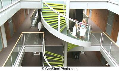 handlowy zaludniają, chodzenie, upstairs, w, biuro