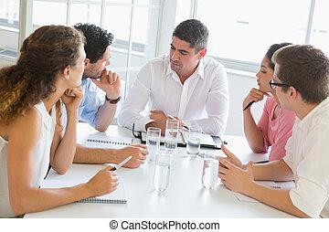 handlowy zaludniają, dyskutując, na stole