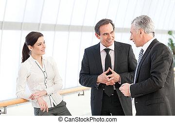 handlowy zaludniają, dyskutując