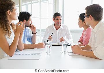 handlowy zaludniają, dyskutując, w, konferencja spotkanie