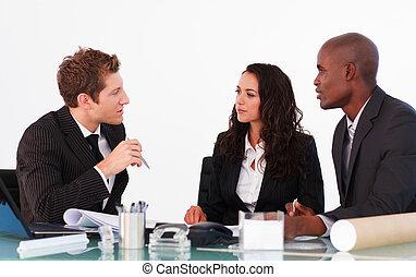 handlowy zaludniają, dyskutując, w, na, biuro