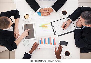 handlowy zaludniają, górny, posiedzenie, formalwear, coś, meeting., stół, dyskutując, prospekt