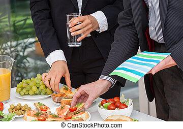 handlowy zaludniają, jedzenie lunch