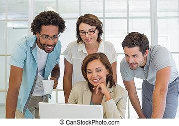 handlowy zaludniają, laptop, razem, używając, uśmiechanie się