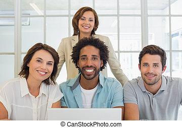 handlowy zaludniają, laptop, używając, portret, uśmiechanie się