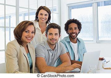 handlowy zaludniają, laptop, używając, uśmiechanie się, spotkanie