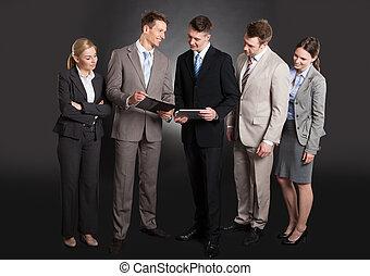 handlowy zaludniają, na, clipboard, dyskutując, szczęśliwy