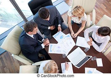 handlowy zaludniają, na, przedimek określony przed rzeczownikami, pertraktowanie, stół, w, biuro