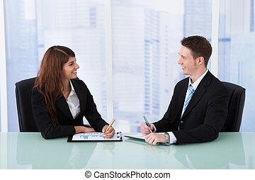 handlowy zaludniają, na, wykresy, biurko, dyskutując