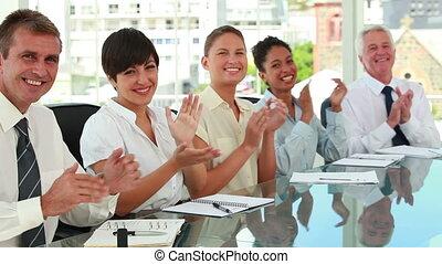 handlowy zaludniają, oklaskując, stół, posiedzenie, spotkanie