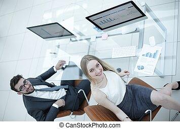 handlowy zaludniają, posiedzenie, na, biurowa kasetka, w, biuro., górny prospekt