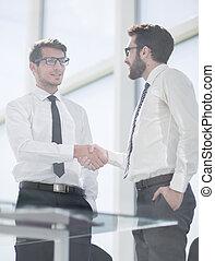 handlowy zaludniają, potrząsające ręki, z, nawzajem