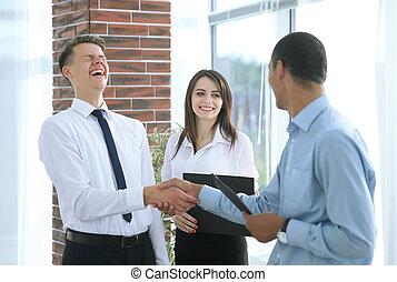 handlowy zaludniają, potrząsające ręki, z, nawzajem, w, przedimek określony przed rzeczownikami, biuro.