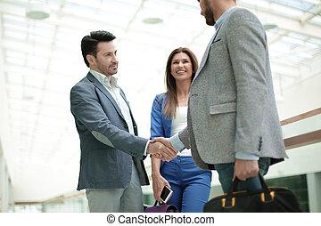 handlowy zaludniają, powitać, nawzajem, z, niejaki, uzgodnienie