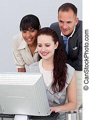 handlowy zaludniają, pracujący razem, na, niejaki, komputer