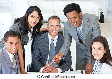 handlowy zaludniają, pracujący razem, w, niejaki, projekt