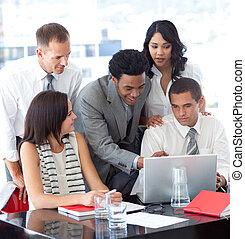 handlowy zaludniają, pracujący razem, z, niejaki, laptop