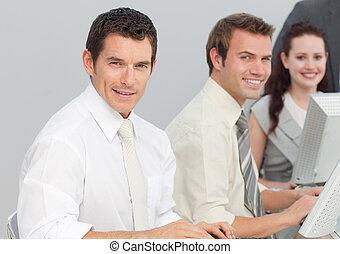 handlowy zaludniają, pracujący, z, komputery, w, na, biuro