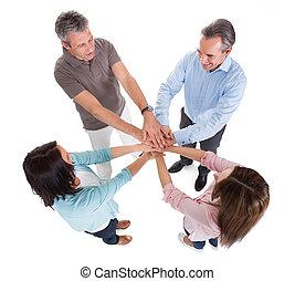handlowy zaludniają, sztaplujące ręki, na, nawzajem