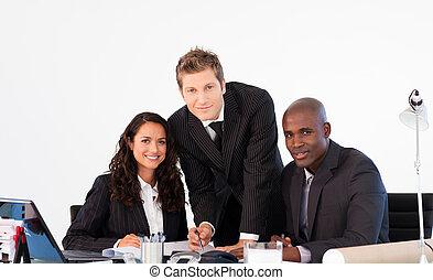 handlowy zaludniają, uśmiechanie się, do aparatu fotograficzny, w, niejaki, spotkanie