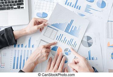 handlowy zaprzęg, pracujący dalejże, niejaki, nowa sprawa, plan, z, laptop, w, biuro., górny prospekt, strzał