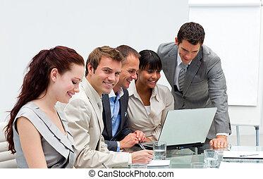 handlowy zaprzęg, pracujący razem, w, na, biuro