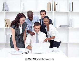 handlowy zaprzęg, pracujący razem, z, niejaki, laptop