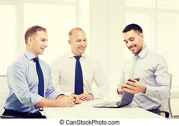 handlowy zaprzęg, pracujący, z, laptop, w, biuro