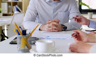 handlowy zaprzęg, z, wykresy, na, biuro spotkanie