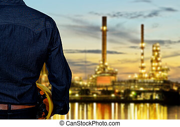 hand's, μηχανικόs , εργάτης , κράτημα , κίτρινο , ασφάλεια γαλέα , με , θολός , διυλιστήριο πετρελαίου , σε , αμυδρός