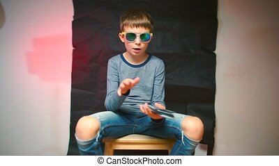 hands., blogger, nous dollars, spectacles, sien