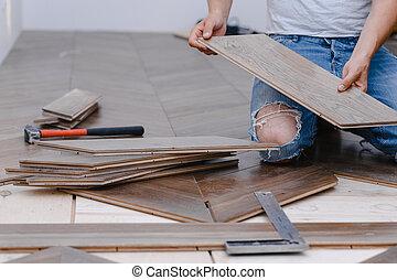 hands., deitando, closeup, chão, parquet, macho, pavimentando, trabalhador, associando, homem, -