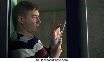hands., fabryka, szkło., smartphone, okno, wtedy, okno., przez, młody, posiedzenie, dom, za, poza, jego, próg, siada, tabliczka, spojrzenia, człowiek, prospekt