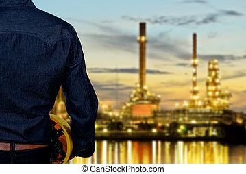 hand's, ingenieur, arbeiter, besitz, gelber , sicherheitshelm, mit, verwischt, ölraffinerie, an, dämmerung
