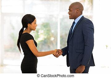 handshaking, businesswoman, forretningsmand, unge, afrikansk