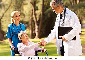 handshaking, médico, paciente, sênior, doutor
