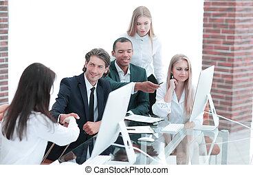 handslag, affärsverksamhet kvinnor, med, affärsverksamhet partner, hos, den, förhandla, bord