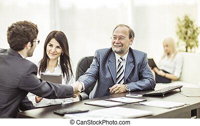 handslag, affärsverksamhet partner, efter, diskussion, av, den, finansiell, termen, av, den, färsk, avtal