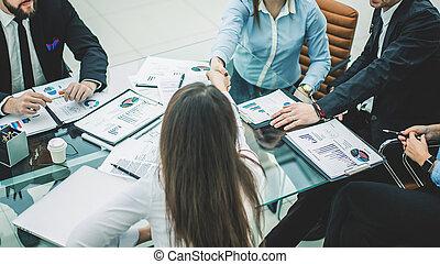 handslag, affärsverksamhet partner, efter, diskutera, den, termen, av, a, färsk, avtal, in, den, workplace, in, a, nymodig, kontor