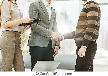 handslag, av, a, chef, och, a, kund, på, den, bakgrund, av, kontoren