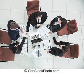 handslag, av, affärsverksamhet partner, för, den, talar, nära, den, skrivbord, in
